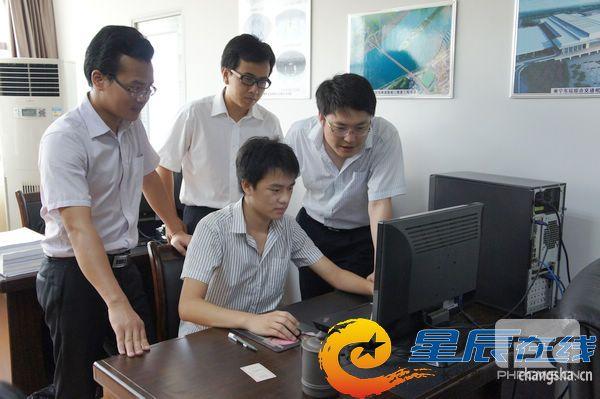 倪天晓(右一)和他的创业团队在一起讨论。.JPG
